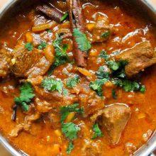 Indien ist das Land der Gewürze. Ein Curry enthält mindestens ein Dutzend verschiedene duftende Gewürze, Kräuter und Wurzeln, deren Auswahl, Menge und Zusammensetzung das Geheimnis eines jeden indischen Meisterkochs ist.